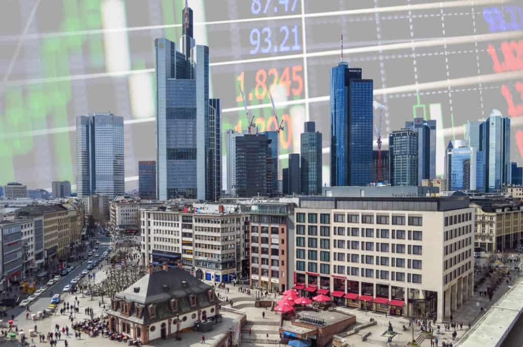 Innenstadt von Frankfurt am Main, im Hintergrund Skyline und Börsencharts (Fotomontage)