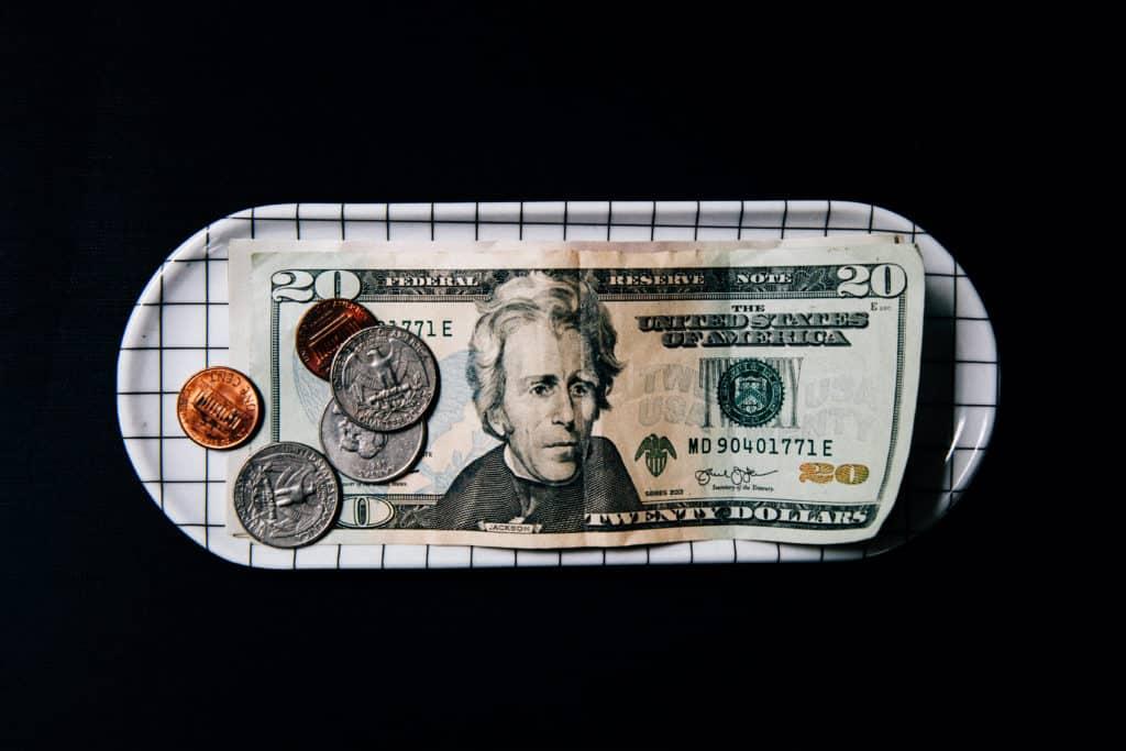 US-Dollar: Banknoten und Münzen in einer Schale